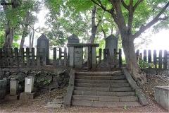 真間山弘法寺:松平直基の墓標