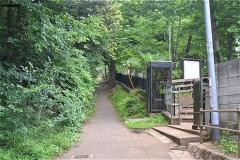 小塚山フィールドアスレチックに沿った道を上る