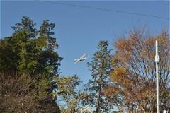 横田基地を離発着する飛行機