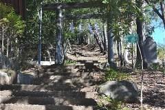 右が、浅間神社参道