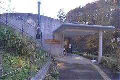 斜面や木々に隠れて見えなかったが、突然現れる「都立野山北・六道山公園インフォメーションセンター ( 管理所)」