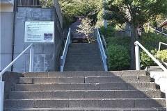 菅 薬師堂入口には、薬師堂会館がある