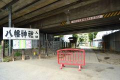 115-赤羽八幡神社への入口=上は新幹線が通っている