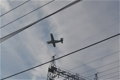 東京調布飛行場を離発着する飛行機が大きく見える