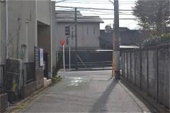 野川公園の東門を出住宅街を進み、人見街道へ