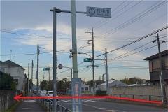 人見街道の信号を左折
